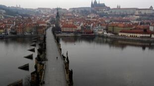 Le pont Charles (achevé en 1402), où flânent d'ordinaire les touristes, est désert en raison de l'épidémie de coronavirus. La République tchèque a enregistré, dimanche 22 mars, son premier décès lié à la maladie. (Image d'illustration)
