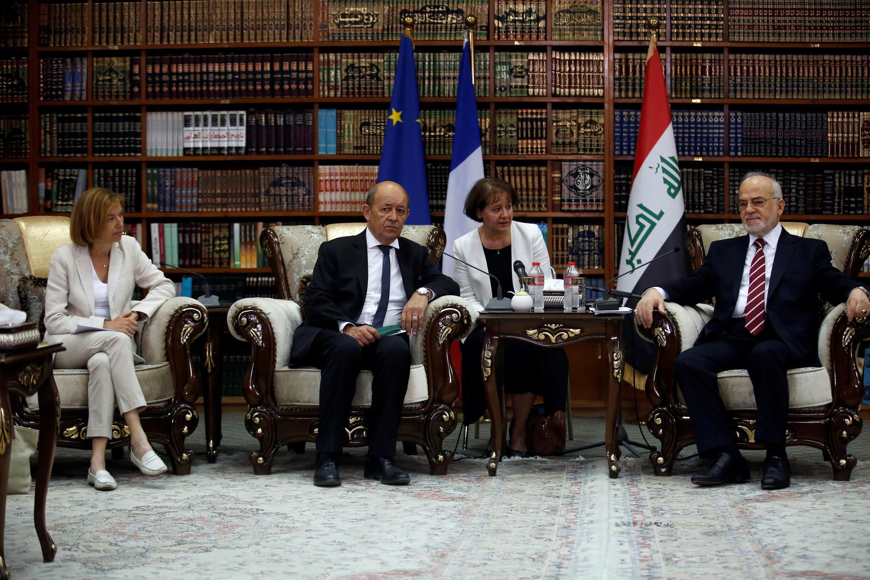 Ministro dos Negócios Estrangeiros  Jean-Yves Le Drian (centro) e a Ministra  da Defesa de França Florence Parly (esquerda) no  encontro com Ibrahim al-Jaafari,Ministro dos Negócios Estrangeiros  do Iraque em  Baghdad.26 de Agosto  de 2017