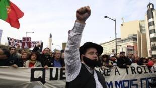 2013年3月2日,葡萄牙首都里斯本街頭的示威民眾,對政府的經濟政策表示憤慨。