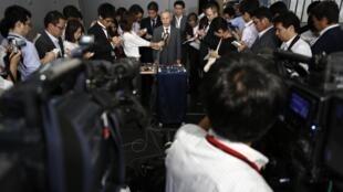 Chủ tịch tập đoàn Tepco Naomi Hirose phát biểu với báo chí sau khi gặp bộ trưởng Kinh tế Nhật Toshimitsu Motegi - REUTERS /Toru Hanai