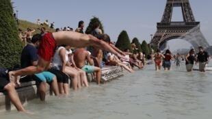 Termômetros depassam os 45° pela primeira vez na França e habitantes e turistas tentam se refrescar na capital.