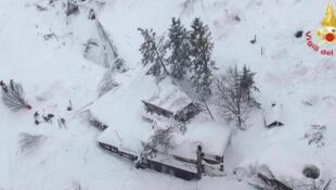 O  Hotel Rigopiano de Farindola, atingido por  uma avalanche . 19 .01.2017