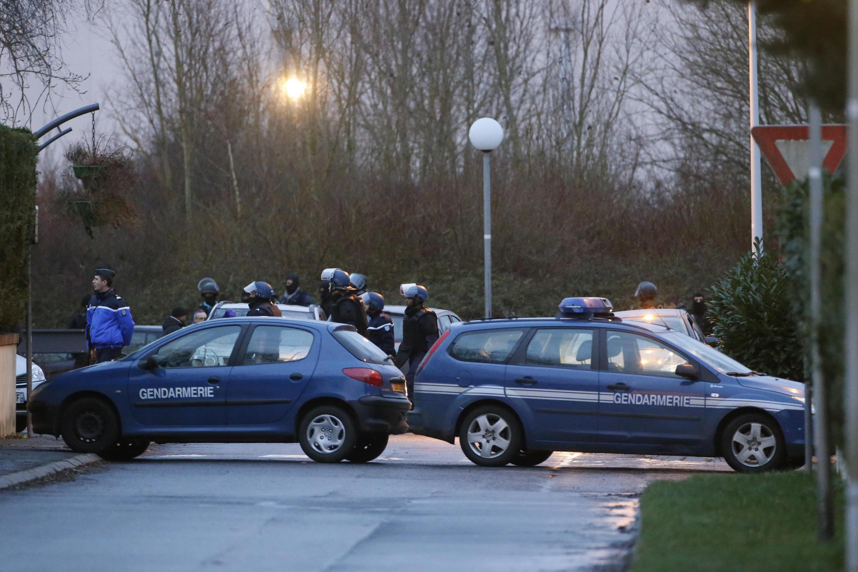 Forças da ordem francesas em Dammartin-en-Goële, onde estavam barricados os irmãos Kouachi.