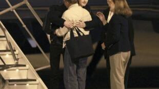 Matthew Todd Miller dans les bras de ses proches, le 8 novembre 2014, sur l'aéroport militaire Lewis-McChord près de Seattle.