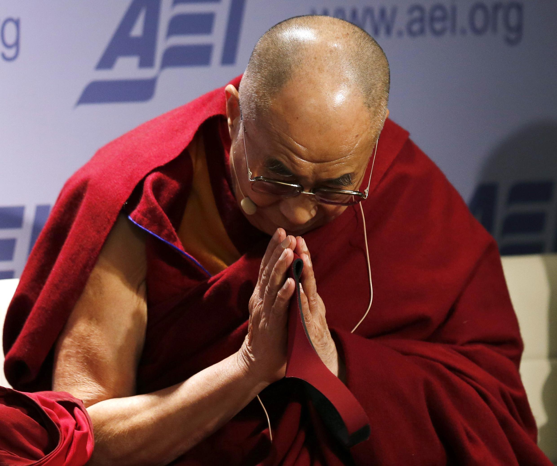 Le Dalaï Lama à la suite d'une audience à l'Institut de l'entreprise américaine pour la recherche sur les politiques publiques, le 20 février 2014.