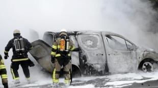 Des pompiers circonscrivent un feu dans la banlieue de Stockholm, le 23 mai 2013.
