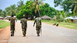 Des soldats mozambicains le 7 mars 2018 à Mocimboa da Praia, dans la foulée d'une attaque par des islamistes présumés dans la région.