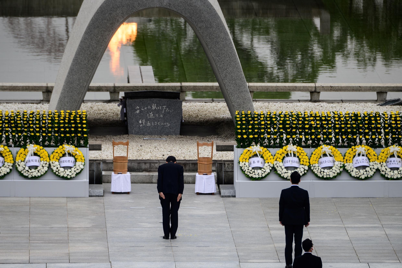 Премьер-министр Японии Синдзо Абе на церемонии в мемориальном парке мира в Хиросиме, 6 августа 2020 г.