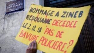 Pancarte en hommage à Zineb Redouane lors d'une manifestation des «gilets jaunes», le 27 avril 2019 à Marseille.