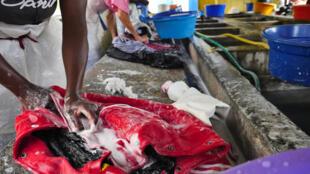 Le lavoir d'Amparibe, à Madagascar, où travaillent une vingtaine de lessiveuses du lundi au samedi, de 9h à 17h30, si la météo est favorable.