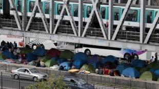 Acampamento improvisado pelos imigrantes na linha dois do metrô parisiense.