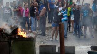 Des riverains manifestent près d'une caserne de la garde nationale vénézuélienne à Caracas, le 21 janvier 2019.
