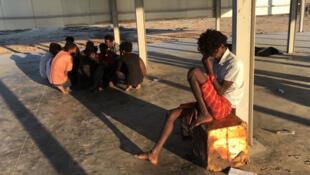 Alguns migrantes que foram socorridos por pescadores depois do naufrágio de seu barco ao largo da cidade de Khoms, na Líbia, em 25 de julho de 2019.