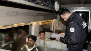 Contrôle des papiers de passagers du train Euronight 220 Milan-Paris par la PAF police aux frontières.