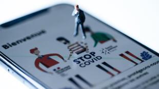 Un pantallazo de la aplicación de rastreo StopCovid, desarrollada por el gobierno francés para intentar contener la propagación de la COVID-19, fotografiado en París el 28 de mayo de 2020