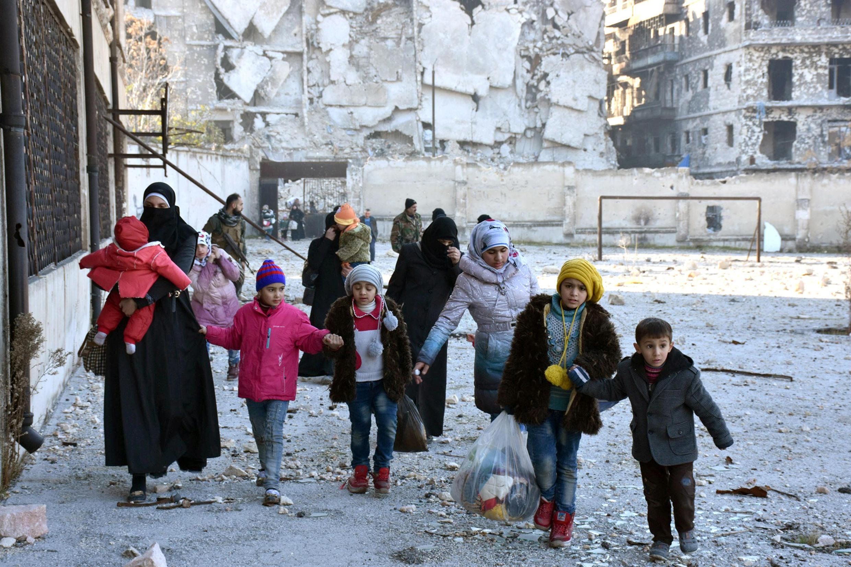 Thường dân Syria được sơ tán ra khỏi các khu vực phía đông thành phố Aleppo. Ảnh do hãng thông tấn Syria SANA công bố ngày 07/12/2016