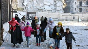 Civis deixam suas casas em Aleppo (7/12/2016).