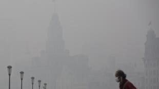 霧霾中的上海市中心. 圖片攝於2013 12 6