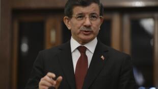 លោក Ahmet Davutoglu នាយករដ្ឋមន្រ្តីតួកគី នៅក្នុងសន្និសីទសារព័ត៌មាន ថ្ងៃអាទិត្យ ២២កុម្ភៈ ២០១៥