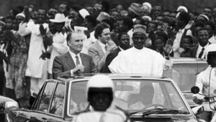 Le président du Niger, Seyni Kountché (centre), en voiture, aux côtés du président français François Mitterrand, à Niamey en 1982.