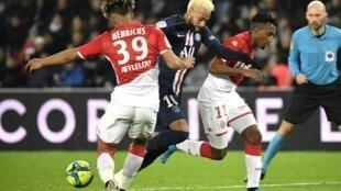 Gelson Martins (direita), avançado do Mónaco, marcou frente ao Paris Saint-Germain do brasileiro Neymar (centro).
