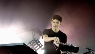 Petit Biscuit, en juin 2016, à Solidays. Il s'est fait remarquer en publiant des morceaux sur SoundCloud, une plate-forme de distribution audio en ligne.
