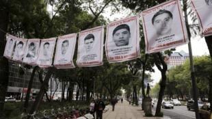Foto de los estudiantes desaparecidos, Ciudad de México, 29 de septiembre 2015.
