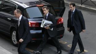 O presidente francês, Nicolas Sarkozy, cercado por seguranças.