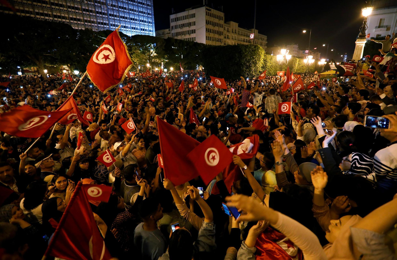 La foule se rassemble dans les rues de Tunis pour célébrer la victoire annoncée par des sondages de Kaïs Saïed, candidat à la présidentielle tunisienne, le 13 octobre 2019.