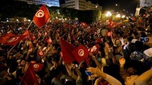 突尼斯民众2019年10月13日漏夜狂欢庆祝萨伊德获选新总统。