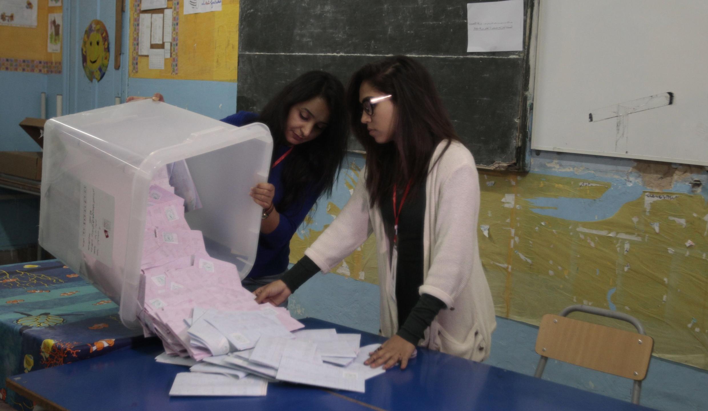 Contagem dos votos das eleições presidenciais de domingo (23) na Tunísia.