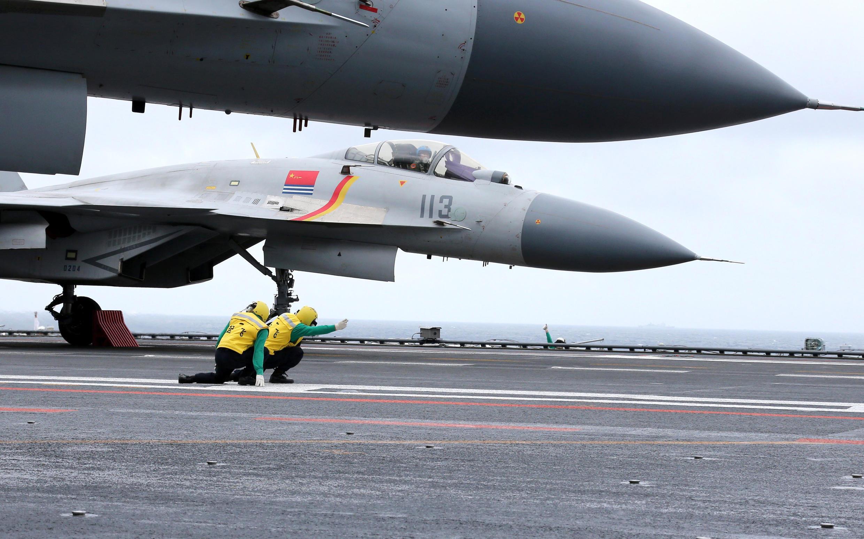 Chiến đấu cơ Trung Quốc J-15 trên tầu sân bay Liêu Ninh trong một cuộc diễn tập ngày 02/01/2017.