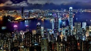 Hong Kong compte plus de 7 millions d'habitants, appartient à la Chine, mais jouit d'un statut particulier qui en fait une centre financier et économique très attractif... Ainsi qu'un terreau propice aux mouvements pro-démocratie.