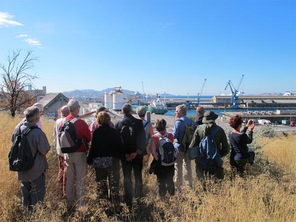 Un groupe de touristes emmené sur le GR 2013 par un guide de l'association Hôtel du Nord à Marseille.