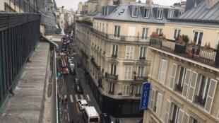 A rua Petites écuries no 10° distrito de Paris, onde o jovem marroquino manteve duas pessoas como reféns durante mais de 4 horas, na terça-feira (12).