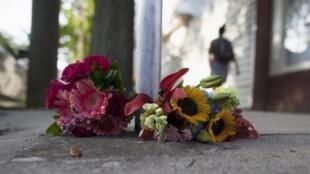 Coroas de flores são depositadas perto da Igreja Metodista de Charleston, na Carolina do Sul.