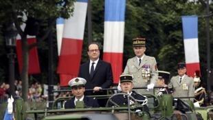 Президент Франсуа Олланд на военном параде 14 июля 2016 года на Елисейских полях