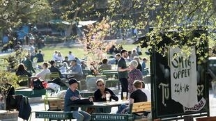 Los residentes de Estocolmo, donde el número de casos de coronavirus es el más alto, están disfrutando del día de primavera el 22 de abril de 2020.