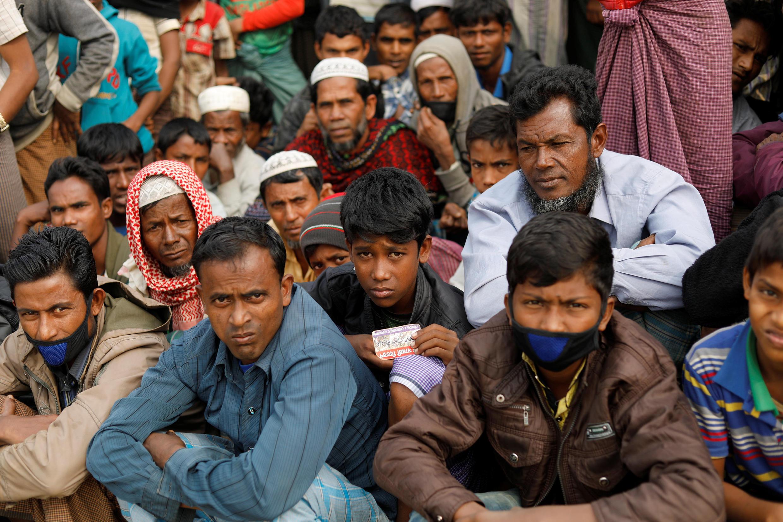 Người tỵ nạn Rohingya chờ phát hàng trợ cấp ở trại Balukhali gần Cox's Bazar, Bangladesh. Ảnh 15/01/2018.