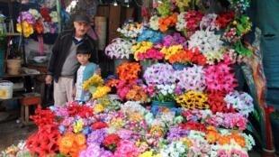 Après avoir pris la suite de ses parents, le fleuriste Feliciano Almeida travaille aujourd'hui avec ses enfants et ses petits-enfants dans le commerce familial.