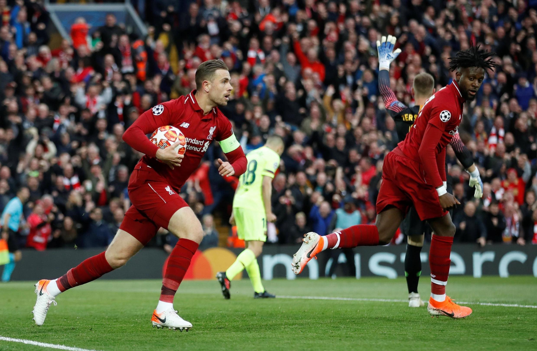 Jordan Henderson (à gauche), capitaine de Liverpool, se précipite après le premier but de Divock Origi (à droite) contre le Barça.