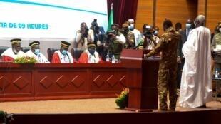 La prestation de serment du vice-président Goïta et du président de la transition N'Daw à Bamako, le 25 septembre 2020.