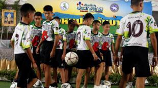 A equipa dos Javalis Selvagens antes da sua conferência de imprensa  em Chiang Rai. 18 de Julho  de 2018
