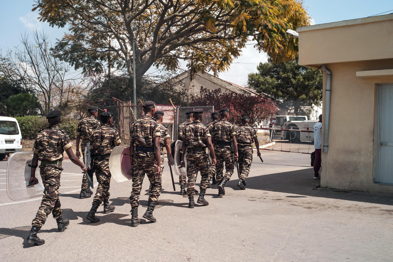 La police anti-émeute aux abords du «sit-in» des salariés de Air Madagascar, le 28 août 2014.