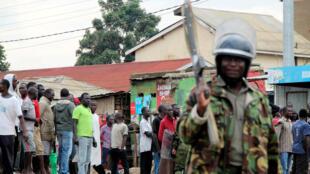 Polisi katika mji wa Kisumu, Agosti 12, 2017, wakati wa maandamano ya wafuasi wa Raila Odinga, mgombea wa urais aliejiondoa katika kinyang'anyiro hicho.
