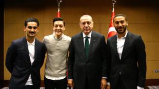 Erdogan avec Gündogan, Ozil et Tosun, à Londres le 13 mai 2018.