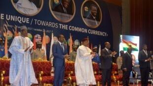 Shugabannin Najeriya da Nijar, Muhammadu Buhari da Muhammadou Issofou, tare da sauran takwarorinsu na kasashen yammacin Afirka yayin taron kungiyar ECOWAS.
