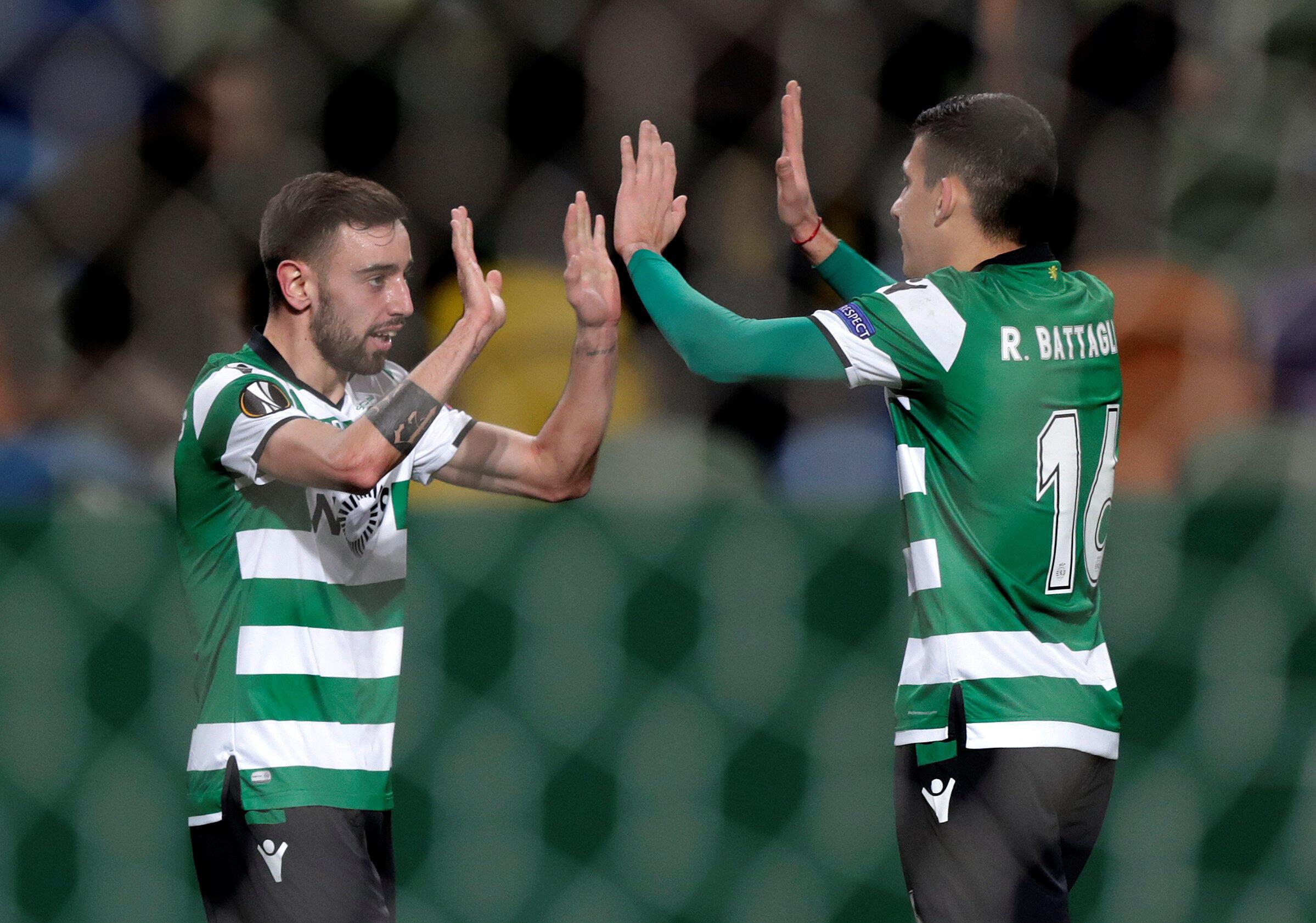 O médio português Bruno Fernandes (esquerda) e o médio argentino Rodrigo Battaglia (direita) do Sporting CP festejam o apuramento, este último sendo o autor do único golo na derrota por 2-1 frente ao Viktoria Plzen.