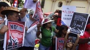 Les supporters de Manuel Zelaya manifestent contre la tenue des élections, qu'ils jugent illégales.