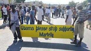 A Haïti, l'opposition manifeste de nouveau contre le président Martelly et contre son allié américain, Port-au-Prince, le 29 novembre 2013.